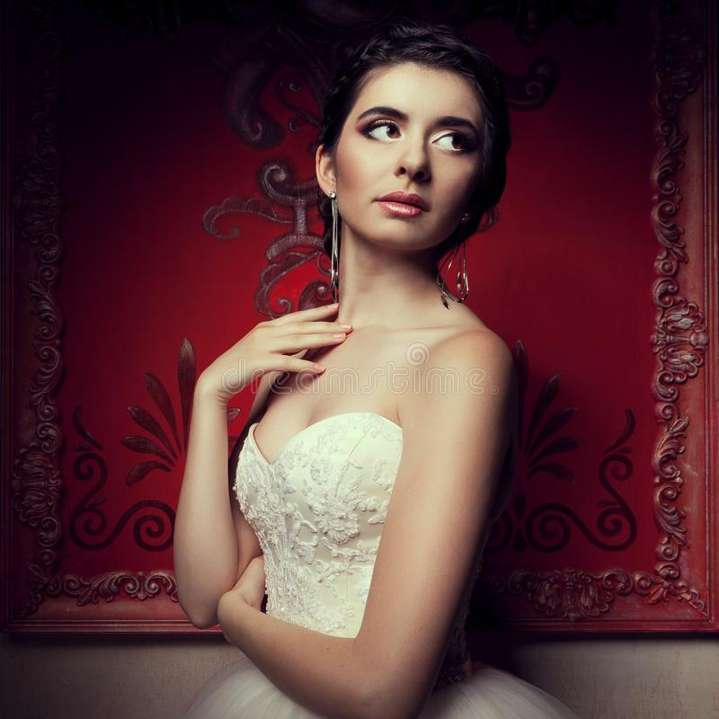 Schitterende bruid in huwelijkskleding in uitstekend binnenland royalty-vrije stock foto's