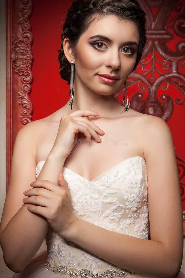 Schitterende bruid in uitstekend binnenland royalty-vrije stock afbeelding