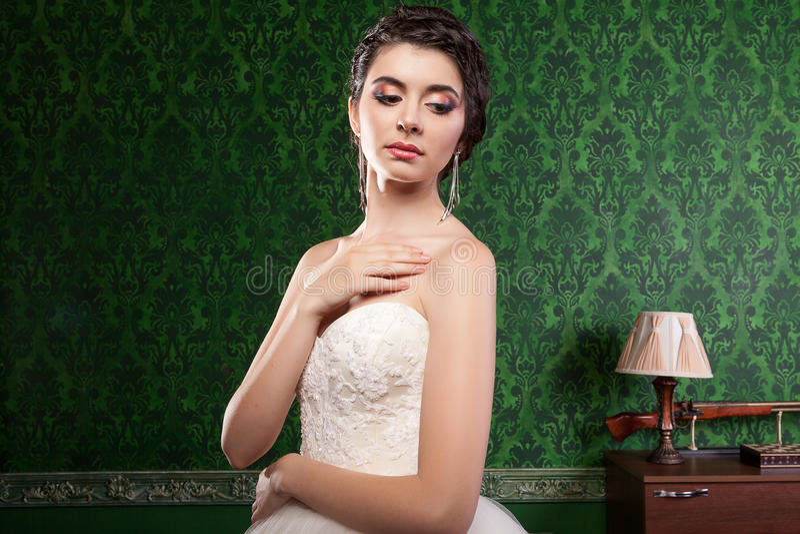 Schitterende bruid in uitstekende ruimte stock afbeelding