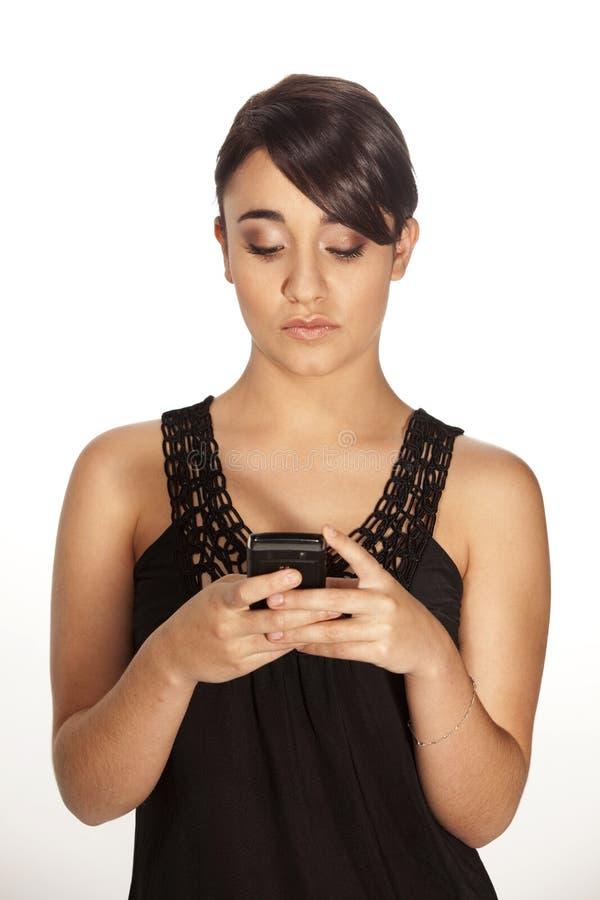 Schitterende brunette die een tekst verzendt royalty-vrije stock afbeelding
