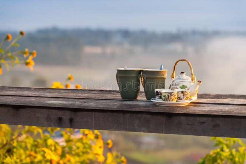 Schitterende Chinese theeset op houten tafel royalty-vrije stock afbeelding