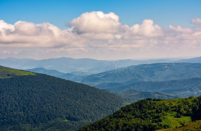 Schitterende cloudscape over de bergen bij zonsopgang royalty-vrije stock foto