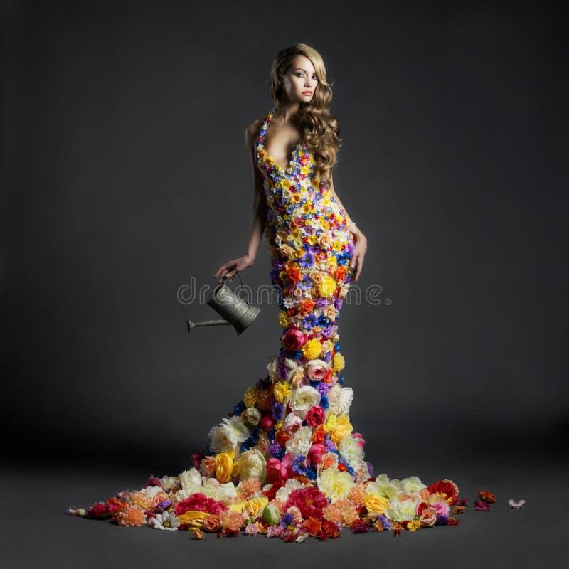 Schitterende dame in kleding van bloemen