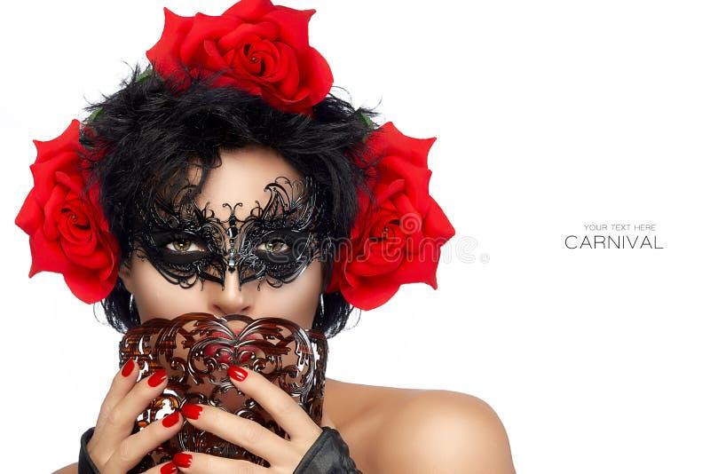 Schitterende donkere haired schoonheid in maskerademasker stock foto