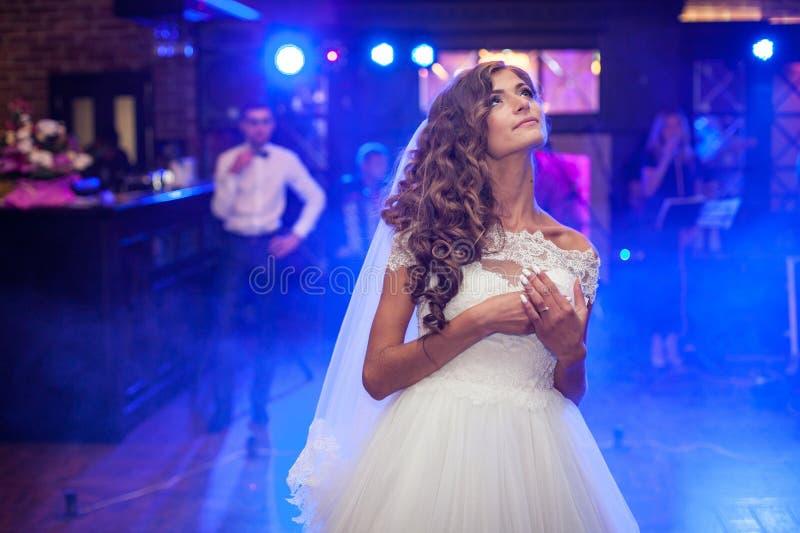 Schitterende emotionele bruid in witte kleding royalty-vrije stock foto