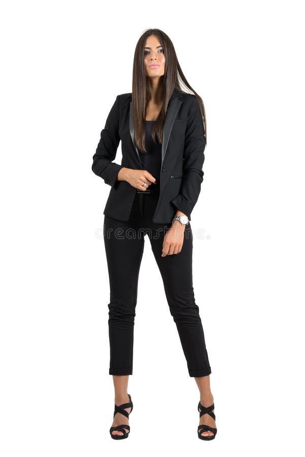 Schitterende gelooide bedrijfsvrouw in het formele slijtage zekere stellen bij camera stock afbeelding