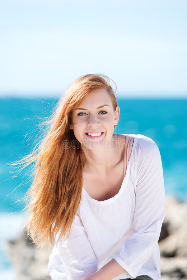 Schitterende glimlachende vrouw bij het overzees stock foto's