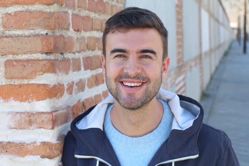 Schitterende groene eyed glimlachende mens in openlucht royalty-vrije stock foto