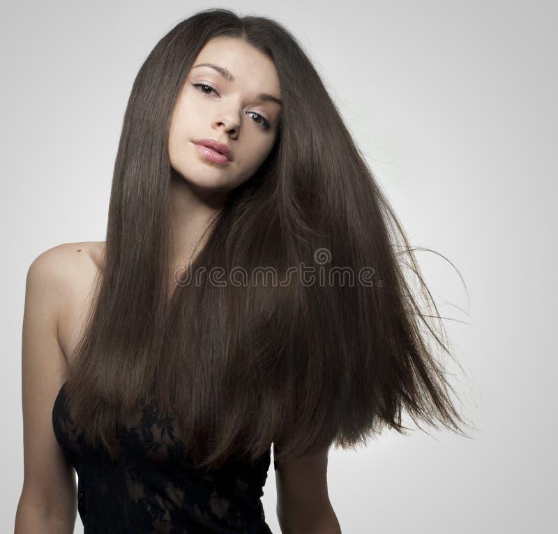 Schitterende jonge vrouw met lang, glanzend haar stock afbeelding