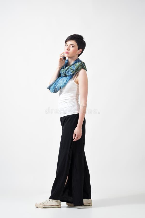 Schitterende korte haar donkerbruine vrouw die op de telefoon spreken die camera bekijken stock afbeelding
