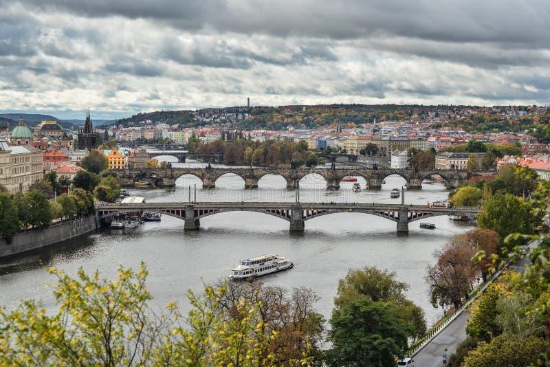 Schitterende mening over de stadscentrum van Praag, Vltava-rivier en cascade van bruggen, Tsjechische Republiek De herfst Praag royalty-vrije stock fotografie