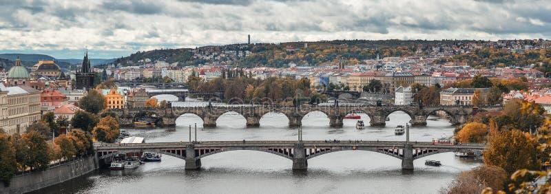Schitterende mening over de stadscentrum van Praag, Vltava-rivier en cascade van bruggen, Tsjechische Republiek De herfst Praag royalty-vrije stock foto