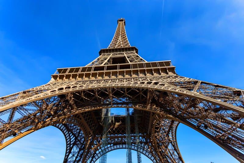 Download Schitterende Mening Van De Toren Van Eiffel Met Dramatische Hemel Stock Afbeelding - Afbeelding bestaande uit outdoors, landschap: 107700081