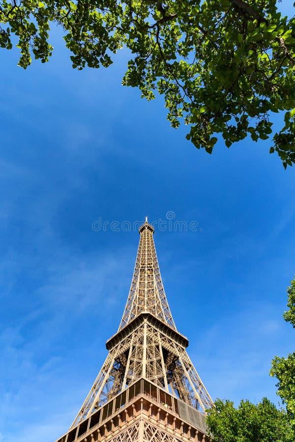 Download Schitterende Mening Van De Toren Van Eiffel Met Dramatische Hemel Stock Foto - Afbeelding bestaande uit bouw, landschap: 107700102