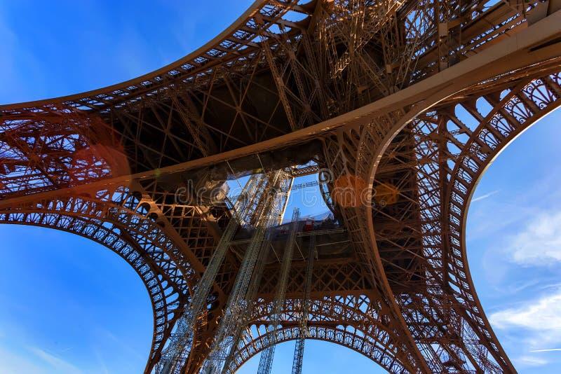 Download Schitterende Mening Van De Toren Van Eiffel Met Dramatische Hemel Stock Afbeelding - Afbeelding bestaande uit kapitaal, aantrekkelijkheid: 107700207