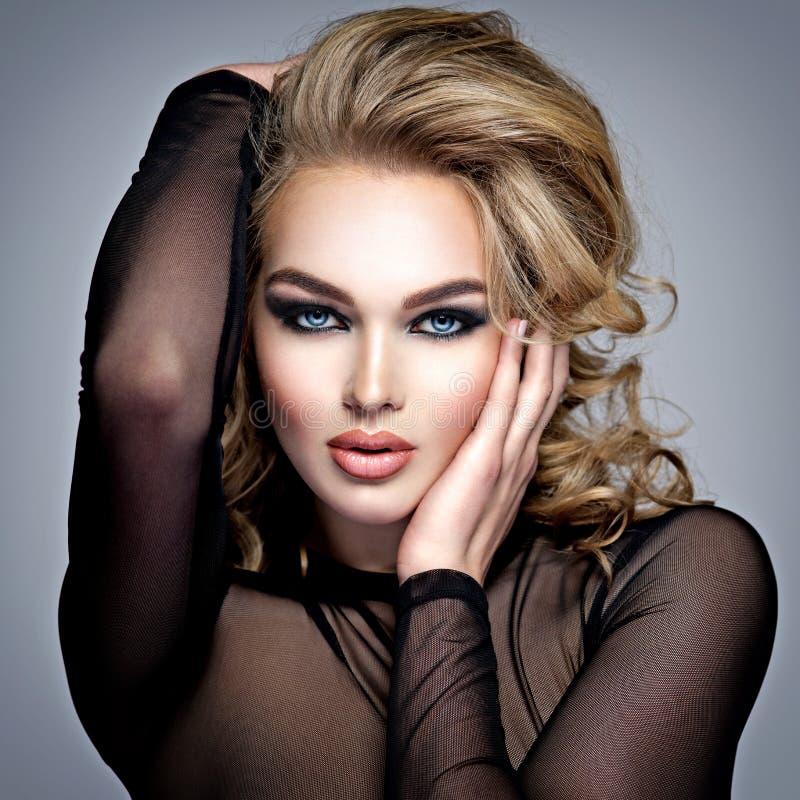Schitterende mooie blonde vrouw met creatieve make-up stock afbeelding