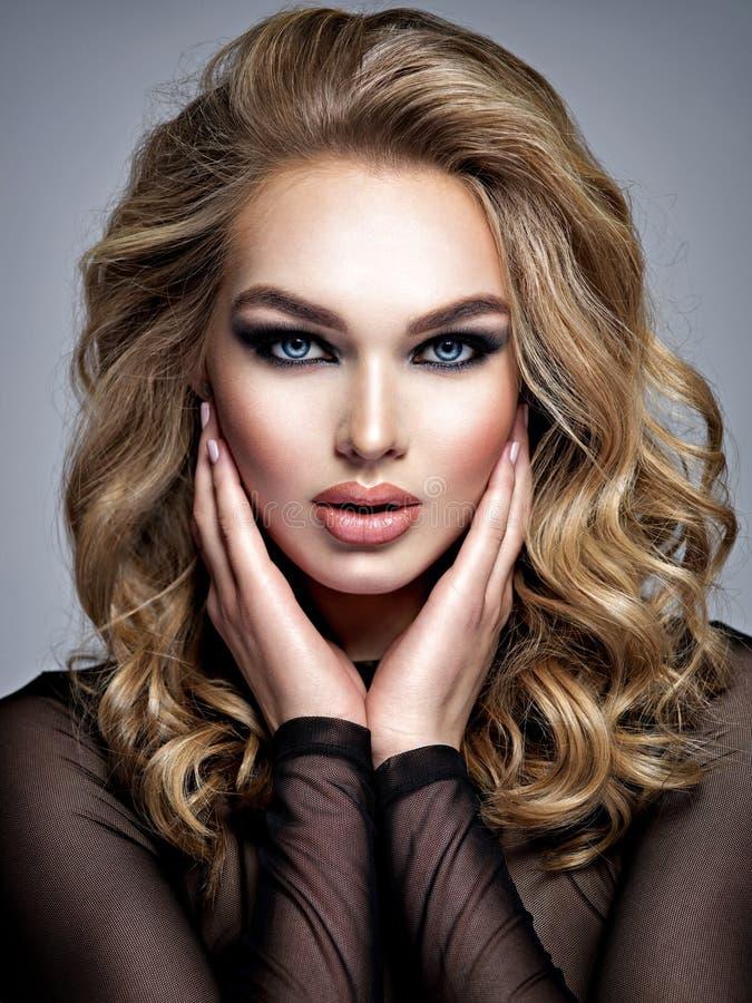 Schitterende mooie blonde vrouw met creatieve make-up royalty-vrije stock foto