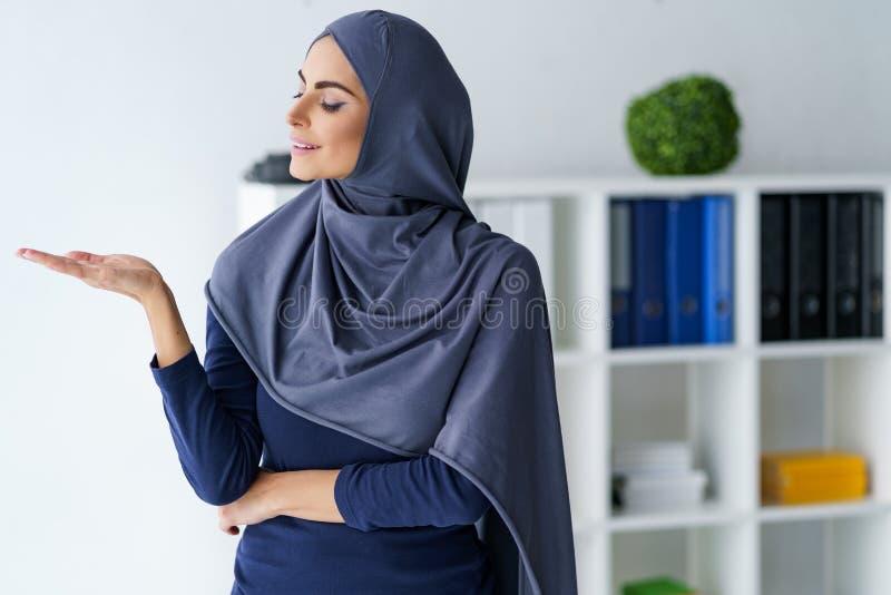 Schitterende Moslimvrouw stock afbeelding