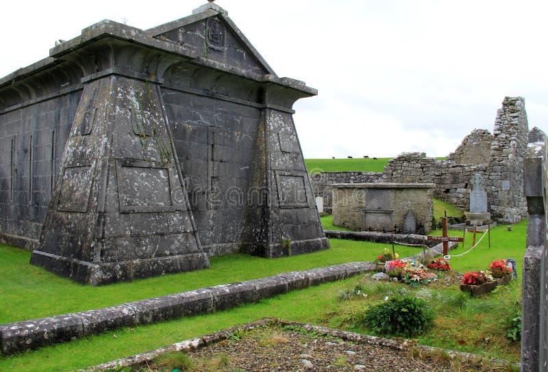 Schitterende oude, historische begraafplaats met graven en grafzerken uit in het platteland, Ierland, Oktober, 2014 royalty-vrije stock foto's