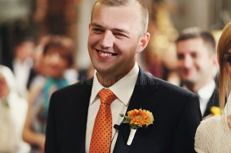 Schitterende romantische gelukkige bruid en bruidegom die huwelijksceremonie hebben royalty-vrije stock foto