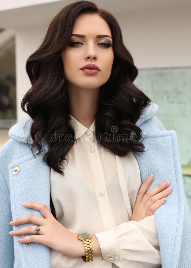Schitterende sensuele vrouw met donker haar in elegante kleren stock foto's