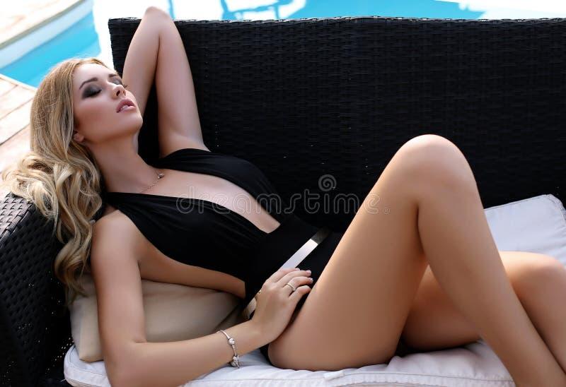 Schitterende sexy vrouw met blond haar in elegant zwempak royalty-vrije stock afbeelding