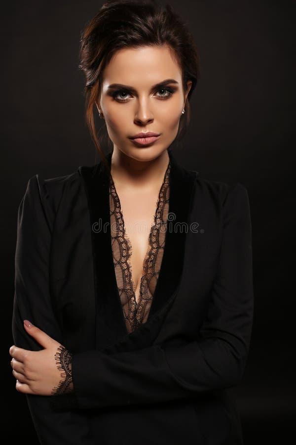 Schitterende sexy vrouw met donker haar in elegante uitrusting royalty-vrije stock afbeeldingen