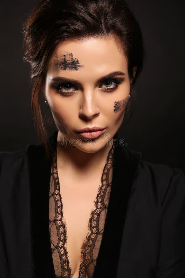 Schitterende sexy vrouw met donker haar in elegante uitrusting stock afbeelding