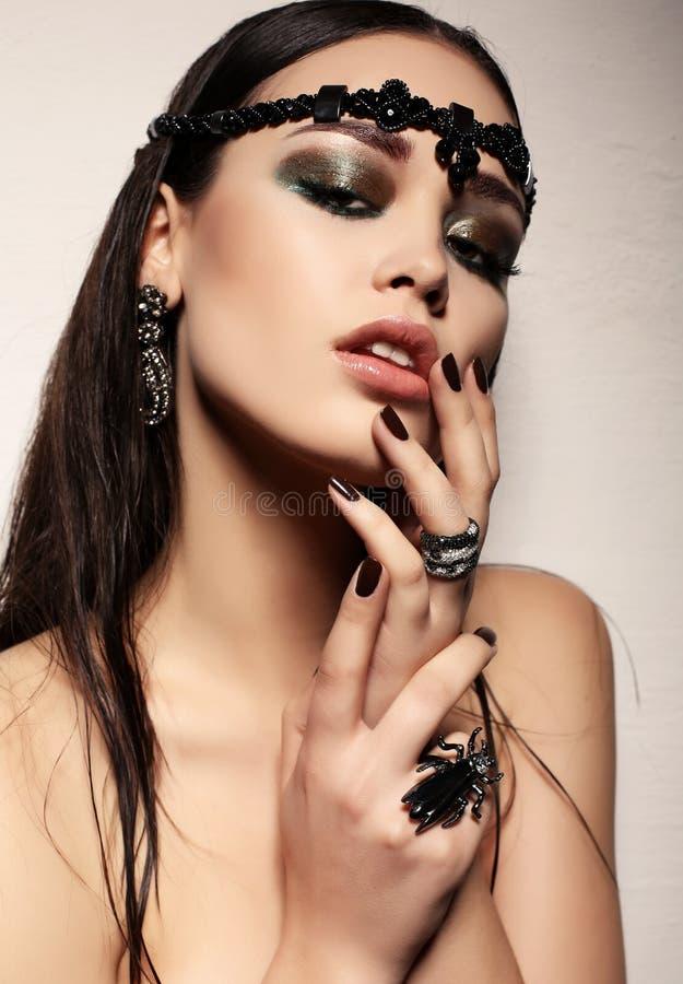 Schitterende sexy vrouw met donker haar en heldere make-up royalty-vrije stock afbeelding