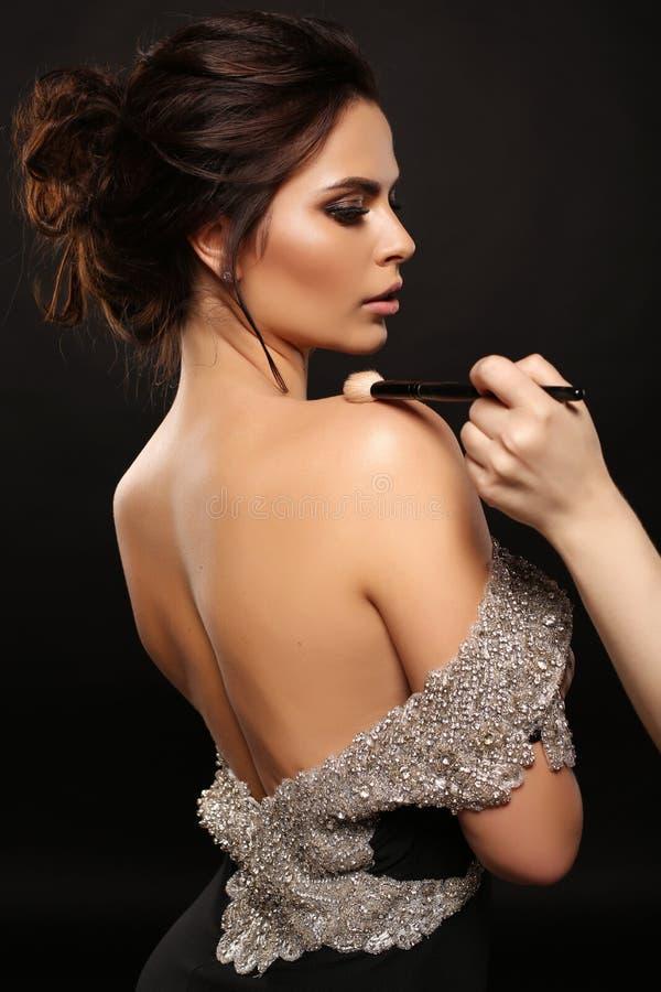 Schitterende sexy vrouw met donker haar in luxueuze kleding royalty-vrije stock afbeelding