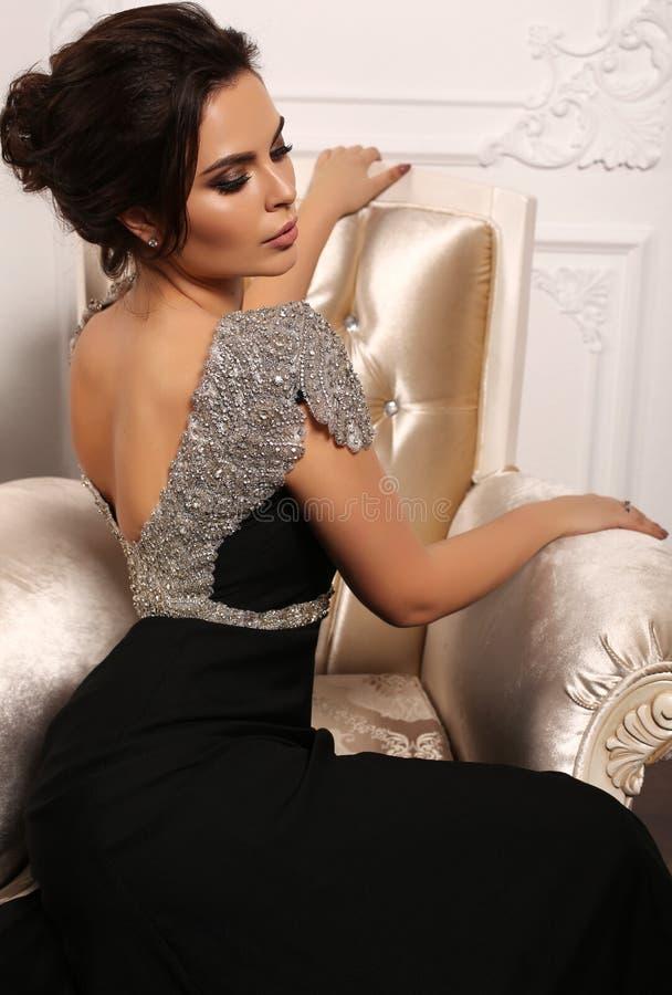 Schitterende sexy vrouw met donker haar in luxueuze kleding royalty-vrije stock fotografie