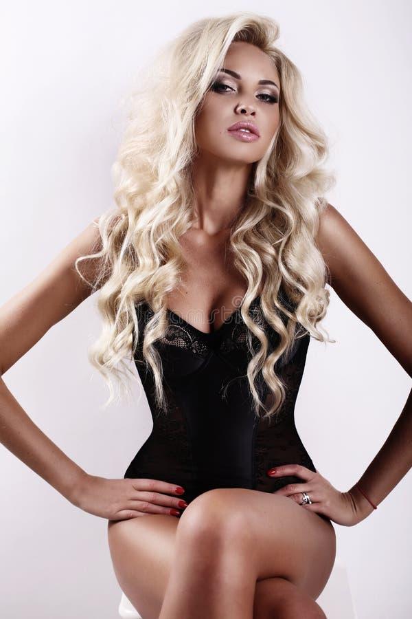 Schitterende sexy vrouw met lang blond haar en gelooide huid royalty-vrije stock fotografie