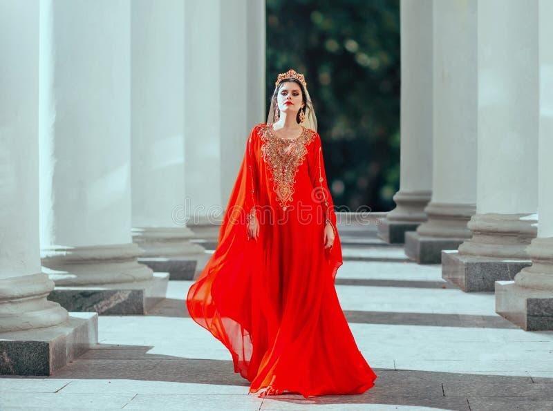 Schitterende trotse donker-haired zekere roksolana van de haseki sexy koningin in verbazende dure luxe rode lange vliegende kledi stock afbeeldingen