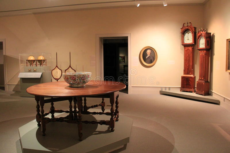 Schitterende vertoningen van meubilair, staande horloges en kunstwerk, Instituut van Geschiedenis en Kunst, 2016 stock fotografie
