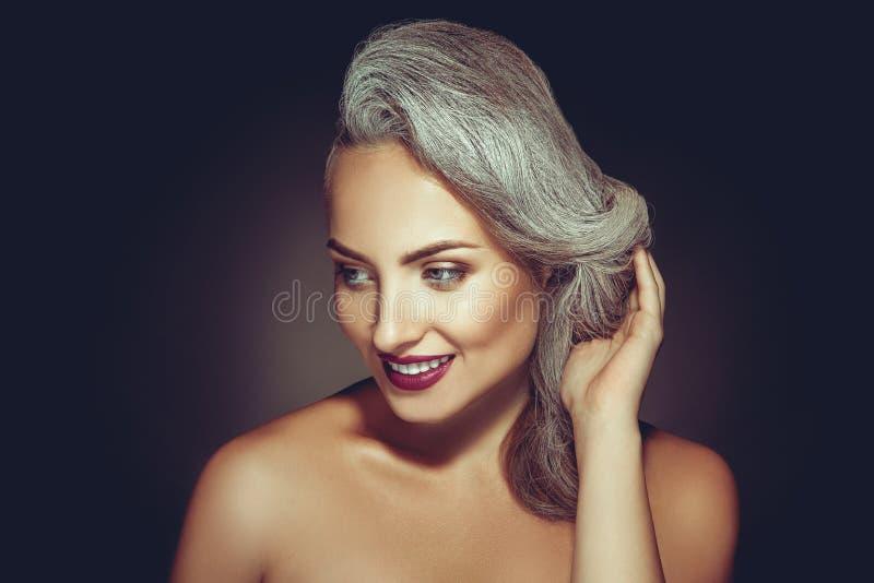 Schitterende volwassen vrouw met grijze haarkleur en mooie make-up stock fotografie