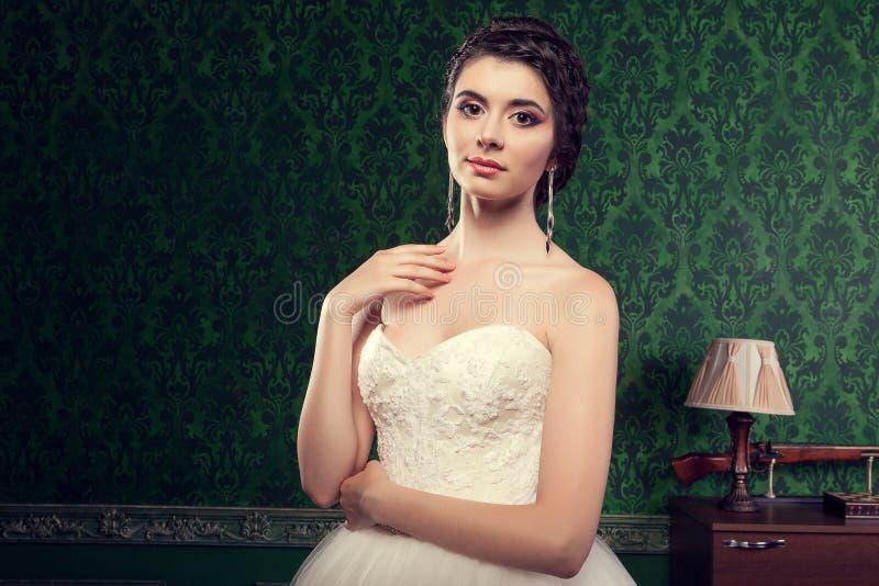 Schitterende vrouw in bruidkleding in uitstekend binnenland royalty-vrije stock foto