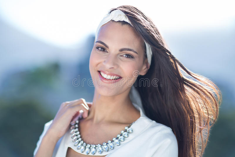 Schitterende vrouw die bij camera glimlachen royalty-vrije stock foto's