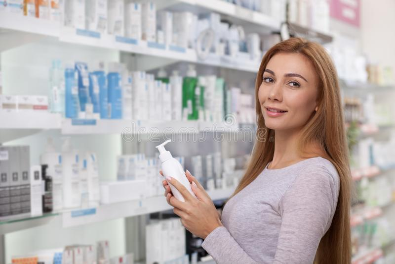 Schitterende vrouw die bij de drogisterij winkelen royalty-vrije stock fotografie