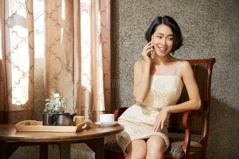 Schitterende vrouw die op telefoon spreken royalty-vrije stock afbeeldingen