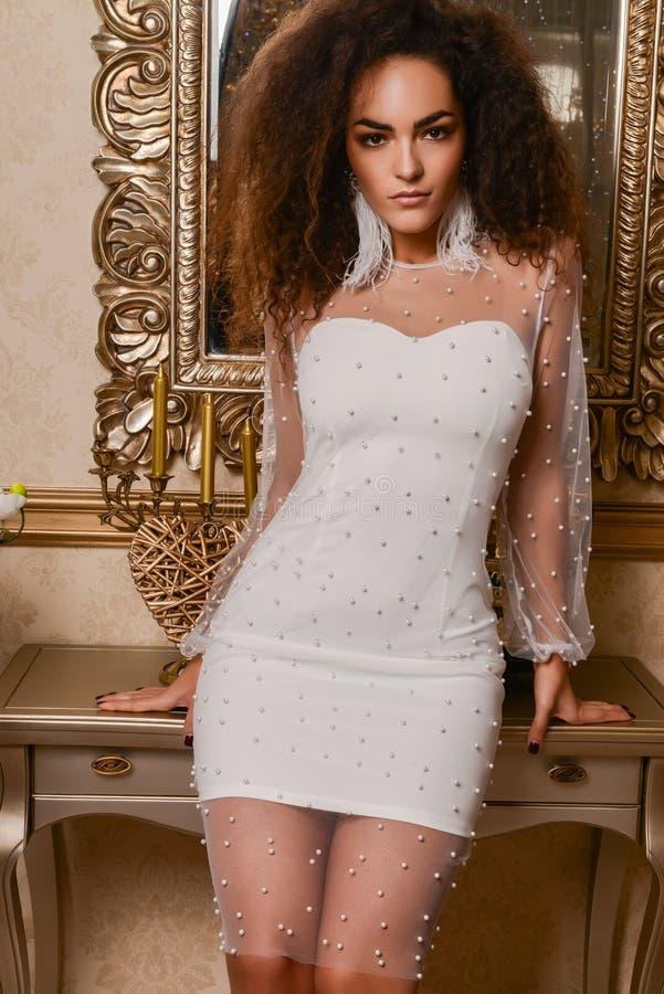 Schitterende vrouw in luxekleding royalty-vrije stock fotografie