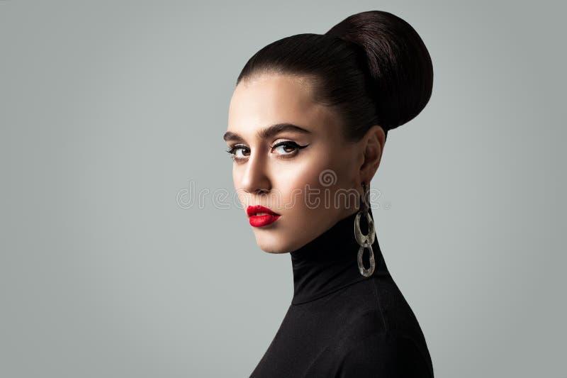Schitterende Vrouw met Perfecte Kapsel en Eyelinermake-up royalty-vrije stock afbeeldingen