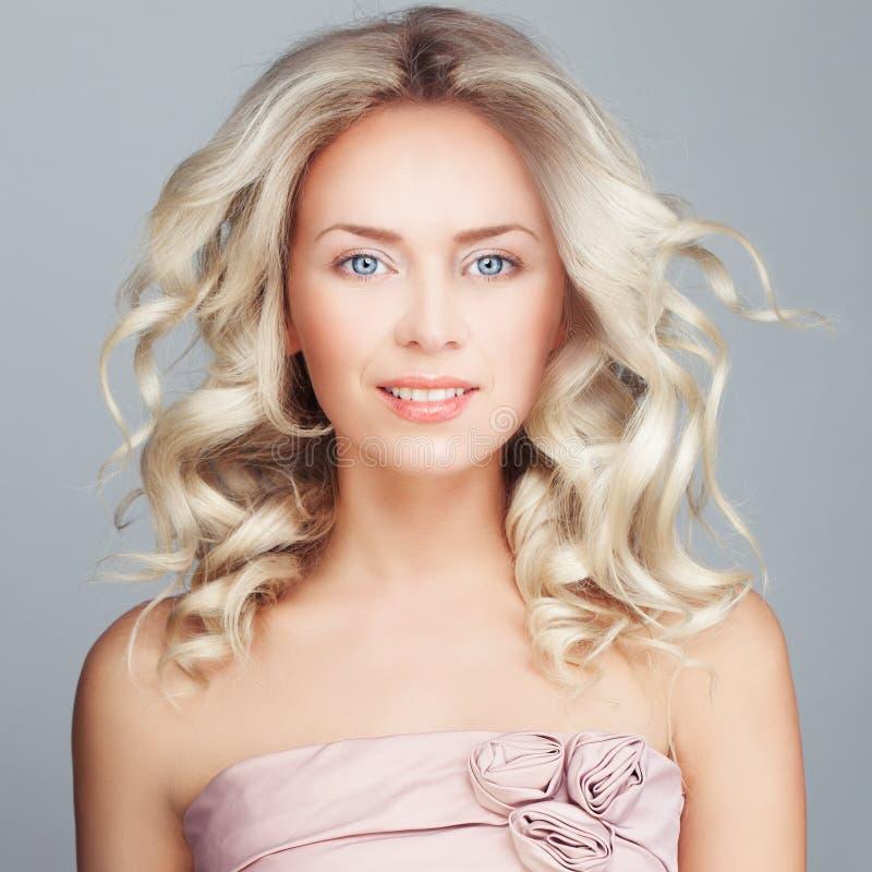 Schitterende Vrouw met Windy Hair Het krullende haar van de blonde royalty-vrije stock afbeeldingen