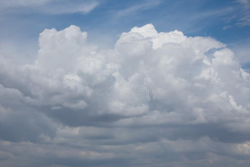Schitterende witte wolken op blauwe hemel royalty-vrije stock afbeelding