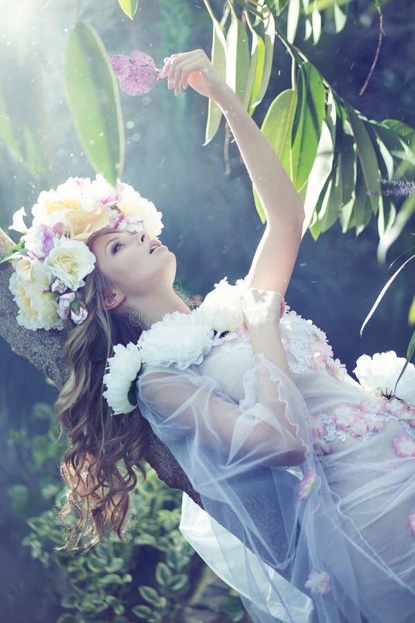 Schitterende ypungdame met de bloemrijke kleding royalty-vrije stock afbeelding