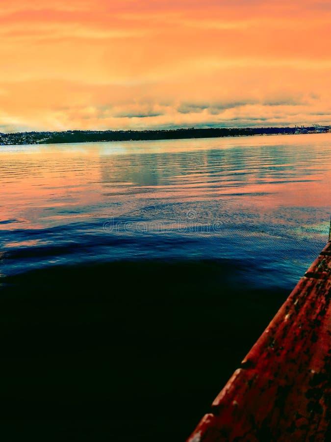 Schitterende zonsondergang langs de Manierwaterkant van Rusten van Tacoma van het dok stock afbeelding