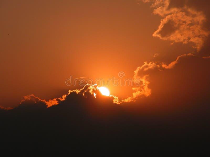 Schitterende zonsondergang met wolken stock foto's