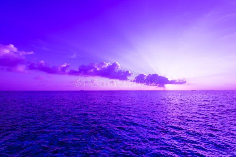 Schitterende zonsondergang over de oceaan stock fotografie