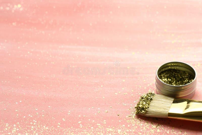 Schittert de pastelkleur roze achtergrond met goud en borstelt stock foto's