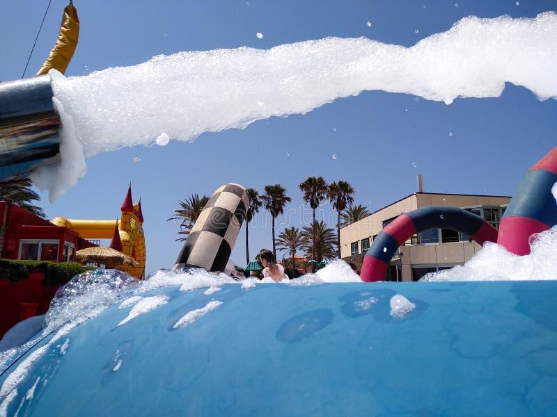 schiuma bianca di lancio del partito divertente di estate da una macchina ad uno stagno in cui il costume da bagno d'uso della ge fotografia stock libera da diritti