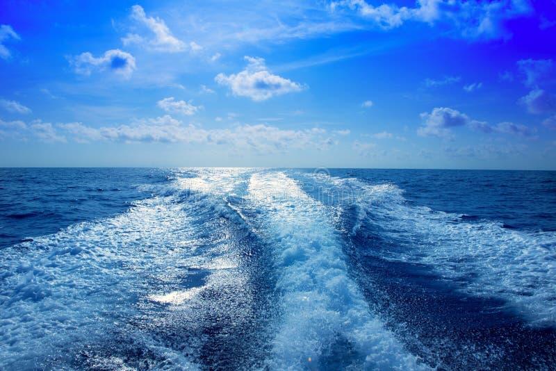 Schiuma del lavaggio del puntello di risveglio della barca in cielo blu immagine stock libera da diritti